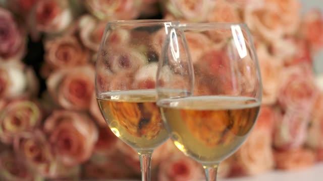 ドリー: スパーク リング ワインとピンクのバラの大きな花束を 2 杯 - ブーケ点の映像素材/bロール