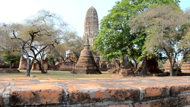 dolly:  tempio di wat chaiwatthanaram parco storico tempio a ayutthaya, in tailandia, hd 1080 p - wat video stock e b–roll