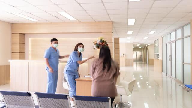 4k uhd dolly zoom in uscita time-lapse: persone affollate di infermiere medico e paziente nel corridoio ospedaliero e nella zona di emergenza. concetto di assistenza sanitaria ospedaliera. - clinica medica video stock e b–roll