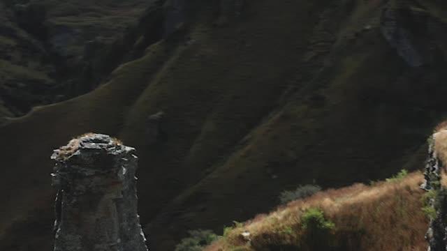 zoom dolly, effetto parallasse nello scenario montano in skipper's road - canyon video stock e b–roll