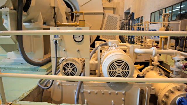 vídeos y material grabado en eventos de stock de dolly: generador de electricidad en planta de energía. - generadores