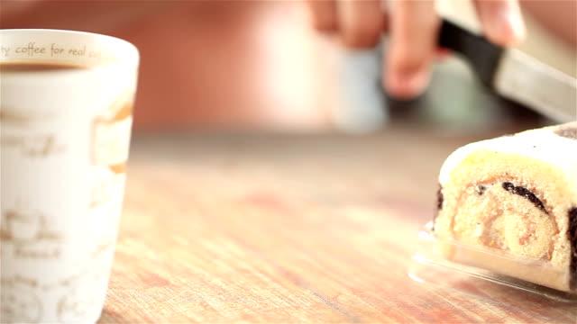 hd dolly:knife was cutting the cake. - kek dilimi stok videoları ve detay görüntü çekimi