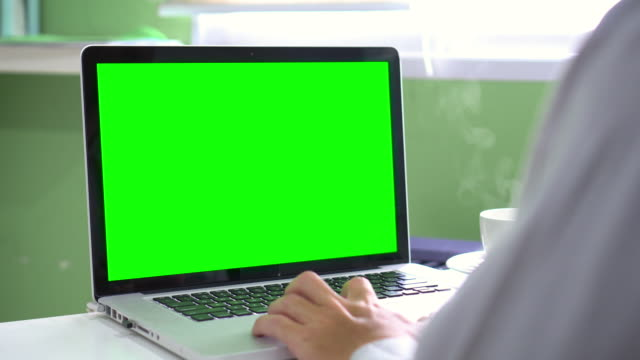 Dolly:Using Computer Laptop With Green Screen