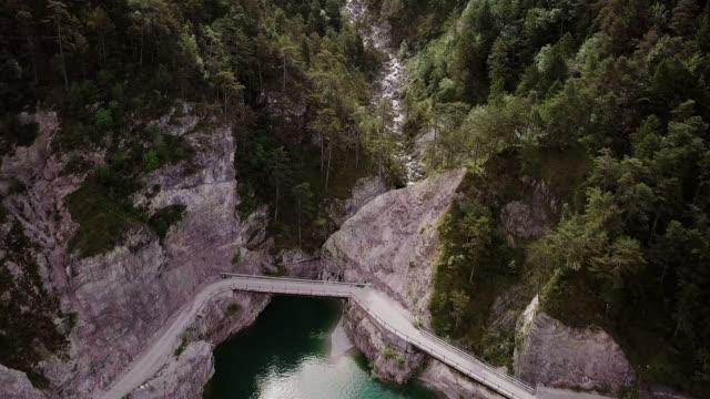 vídeos de stock e filmes b-roll de dolomites from a drone - margem do lago