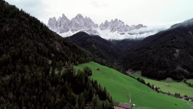dolomiten italienischen alpen - gärtnerisch gestaltet stock-videos und b-roll-filmmaterial
