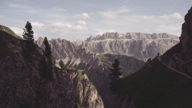 vidéos et rushes de dolomites scenics vue: randonnée de l'homme - randonnée équestre