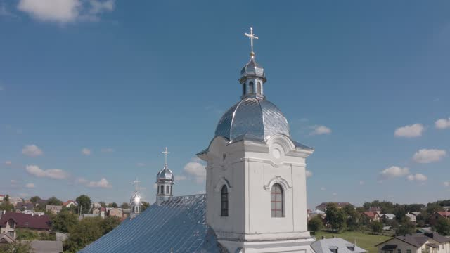 vídeos de stock, filmes e b-roll de cúpula da igreja. vista aérea. igreja tradicional na pequena vila ucraniana. fundo do céu azul - característica arquitetônica