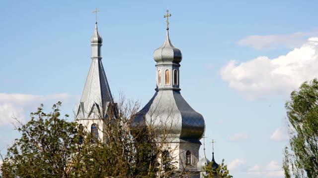 привлекательные православная церковь против голубое небо фона - славянская культура стоковые видео и кадры b-roll