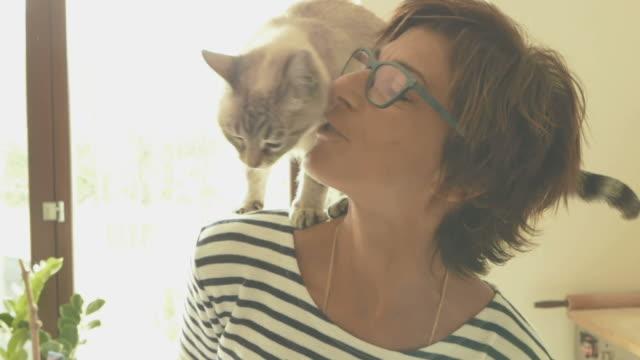笑顔の女性、トーンのイメージ、スローモーションで遊ぶ猫 ビデオ