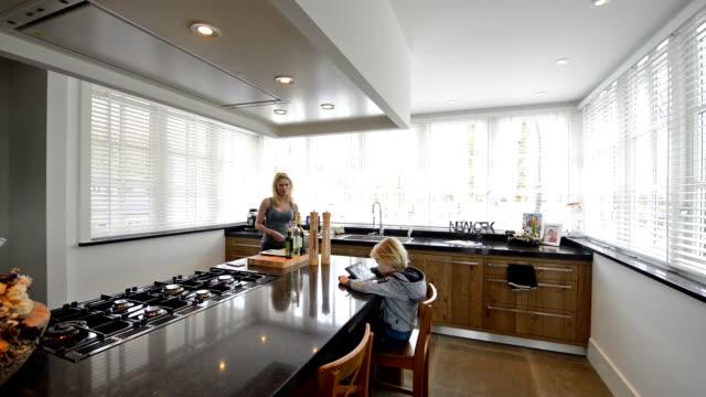 häusliche szene in schöne küche im luxus-haus mit kochinsel - neues zuhause stock-videos und b-roll-filmmaterial