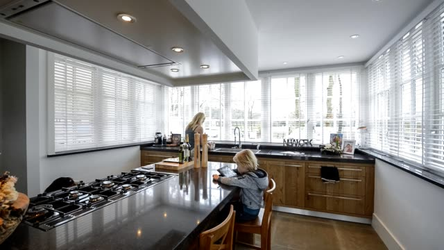 cena doméstica na cozinha bonita na casa de luxo com cozinha ilha - vídeo
