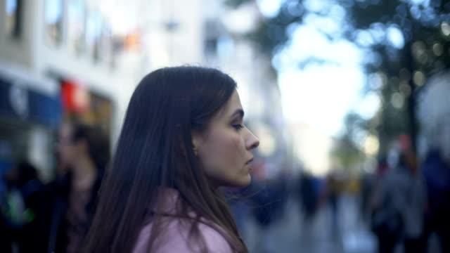 vídeos y material grabado en eventos de stock de víctima de violencia doméstica corriendo fuera de su casa, sufre el ataque de ansiedad - human trafficking