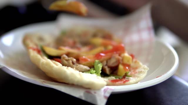 doner kebab sandwich auf platte - döner stock-videos und b-roll-filmmaterial