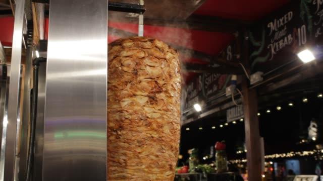 doner kebab dreht spit - döner stock-videos und b-roll-filmmaterial