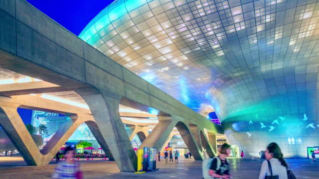 vídeos de stock e filmes b-roll de dongdaemun design plaza town with modern mall at night - seul
