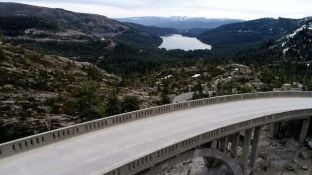 ドナーのパス カリフォルニア山 - カリフォルニアシエラネバダ点の映像素材/bロール