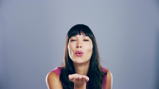 låt dem inte flyga iväg! - blåsa en kyss bildbanksvideor och videomaterial från bakom kulisserna