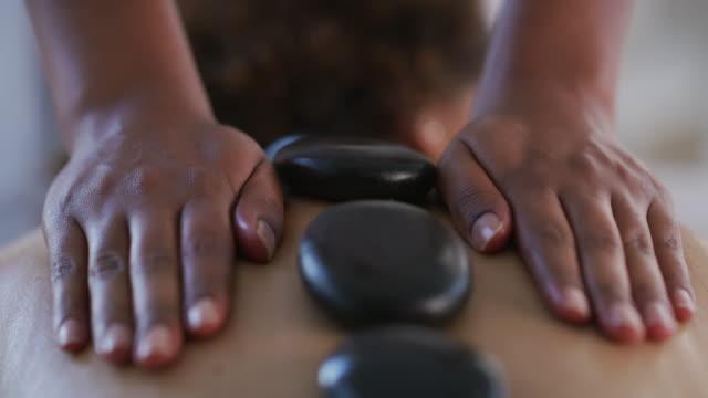 unders katta inte kraften i stenen - massageterapeut bildbanksvideor och videomaterial från bakom kulisserna