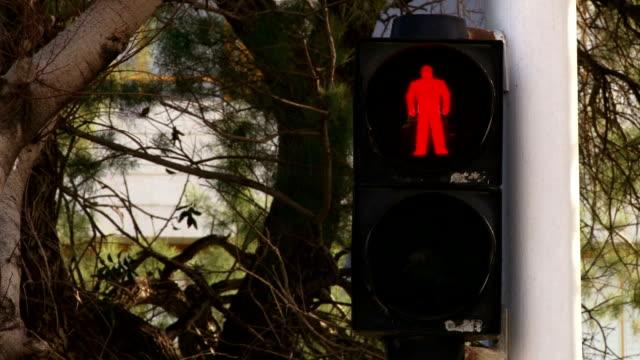 kein walk ampel - überweg warnschild stock-videos und b-roll-filmmaterial