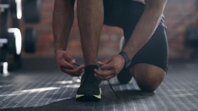 stockvideo's en b-roll-footage met ik wil niet dat eventuele ongelukken tijdens de training - running shoes