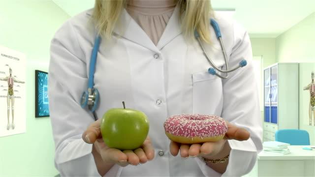 donut och apple - 4k-upplösning - fasta bildbanksvideor och videomaterial från bakom kulisserna