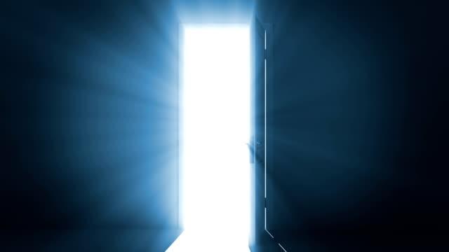 vidéos et rushes de porte ouvrant sur une lumière de couleur vive. canal alpha est inclus. - mystère