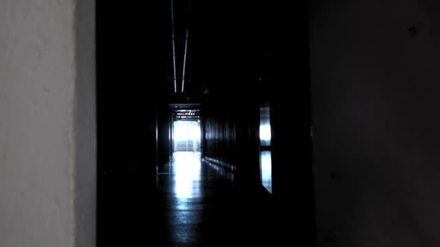 向黑暗走廊敞開大門 - 描述 個影片檔及 b 捲影像