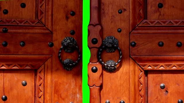 """vídeos de stock, filmes e b-roll de portas abrindo com """"chroma key. porta para a transição para o novo vídeo - aberto"""