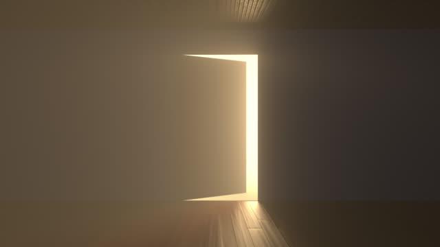 ドアが開き、暗い部屋に光があふれる - 希望点の映像素材/bロール