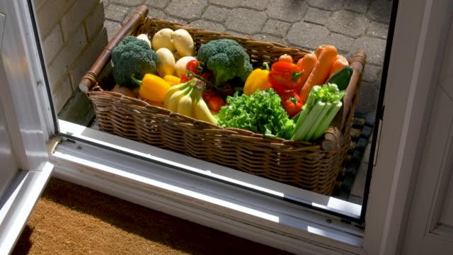 kapı paspas meyve ve sebze kutusu ortaya çıkarmak için açılır - sahanlık stok videoları ve detay görüntü çekimi