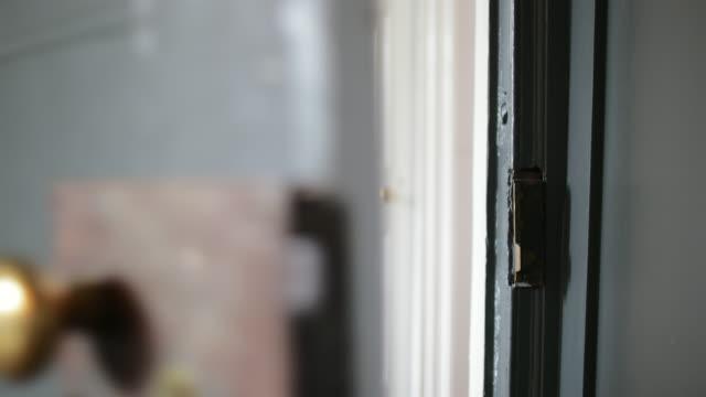 dörr slamming stängt - ytterdörr bildbanksvideor och videomaterial från bakom kulisserna