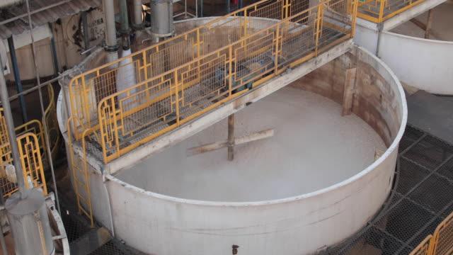 dorna der industriellen gärung in einer zuckerrohranlage zur alkoholproduktion - zucker stock-videos und b-roll-filmmaterial