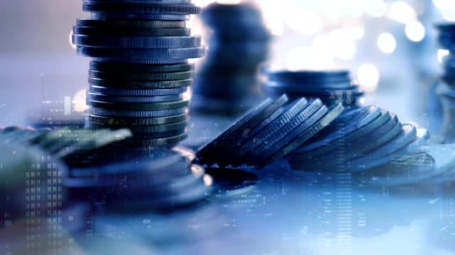 dubbel exponering av stads utsikt och rader av mynt för finansiering, pengar, investeringar och affärs idé bakgrund - accounting bildbanksvideor och videomaterial från bakom kulisserna