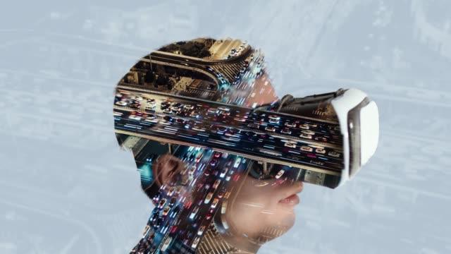 vídeos y material grabado en eventos de stock de t/l tu exposición doble de hombre que llevaba el casco de realidad virtual y el tráfico de hora punta - prosperidad
