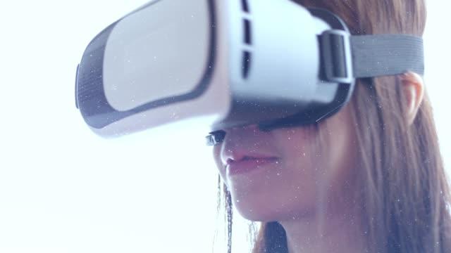 vidéos et rushes de double exposition de youngwoman sur vr exp - image composite numérique