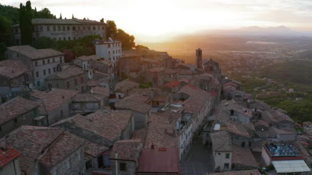 doppelte aufnahmen von luftaufnahmen eines typisch italienischen kleinen dorfes in den bergen. 4k - italien stock-videos und b-roll-filmmaterial