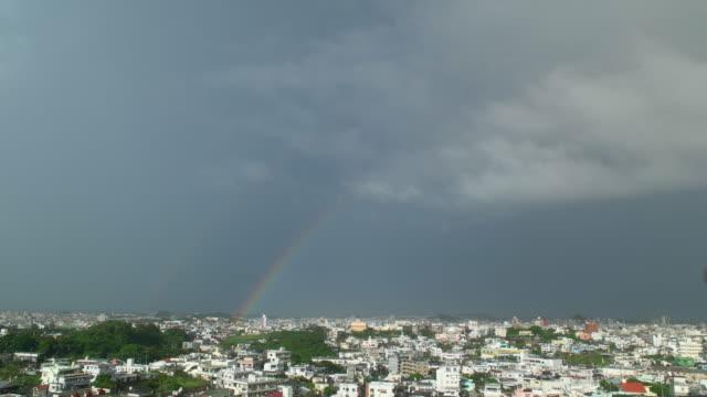 二重の虹と市。 - レインボー点の映像素材/bロール