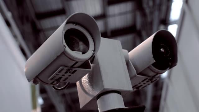 doppelte sicherheitskameras in metallgehäuse ist die überprüfung der umgebungs - überwachungskamera stock-videos und b-roll-filmmaterial