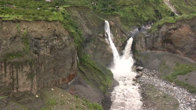 vídeos y material grabado en eventos de stock de cascada con camas dobles - basalto