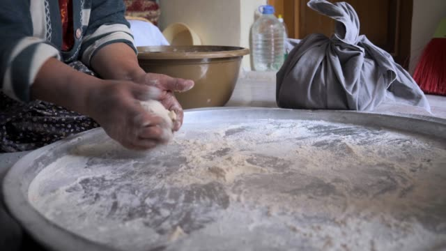 dough making - chleb pita filmów i materiałów b-roll