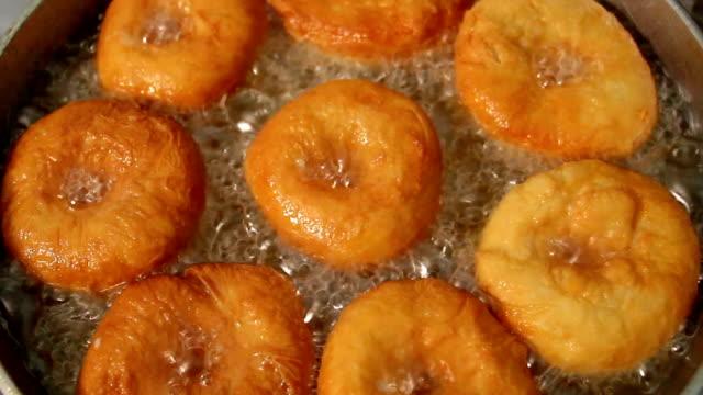 vídeos y material grabado en eventos de stock de rosquillas se frito en aceite - frito