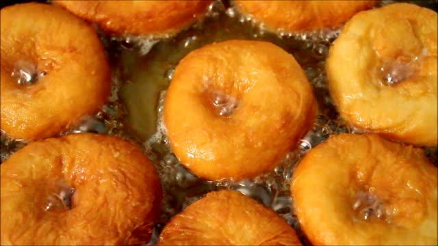 vidéos et rushes de beignets frits à l'huile sont - aliment frit