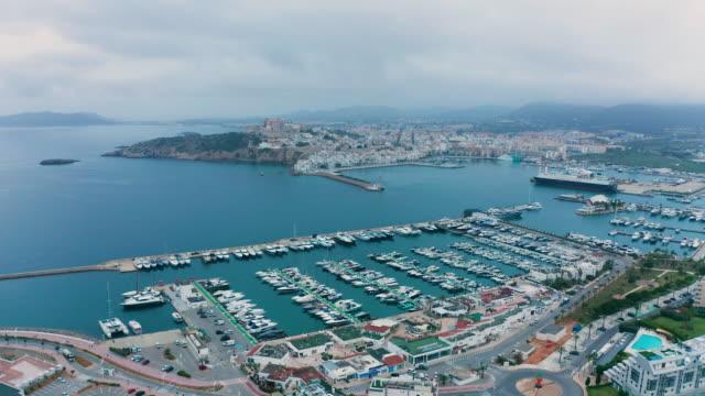 vídeos de stock, filmes e b-roll de na vila dalt - porto de ibiza. 4k - marina