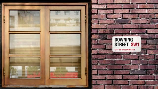 vídeos y material grabado en eventos de stock de downing calle señal de pare. el mundo la calle más famosa de downing en londres. - señalización vial