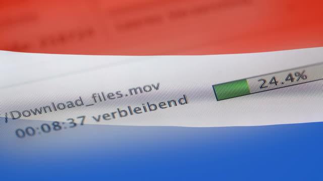 オランダの国旗のコンピューターにファイルをダウンロード - なりすまし犯罪点の映像素材/bロール