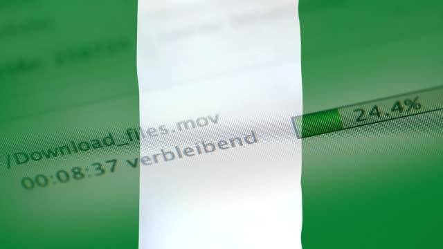 ナイジェリアの国旗のコンピューターにファイルをダウンロード - なりすまし犯罪点の映像素材/bロール