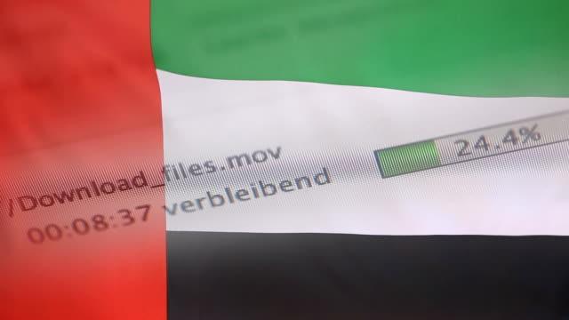 アラブ首長国連邦旗のコンピューターにファイルをダウンロード - なりすまし犯罪点の映像素材/bロール