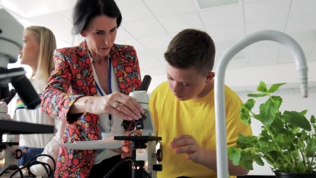 Síndrome de Down criança em laboratório - vídeo