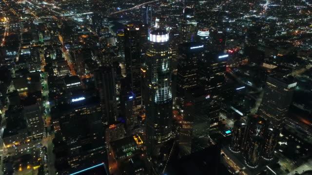 downtown la / aerial night - деловой центр города стоковые видео и кадры b-roll