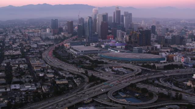 vidéos et rushes de aerial downtown la au crépuscule - californie du sud